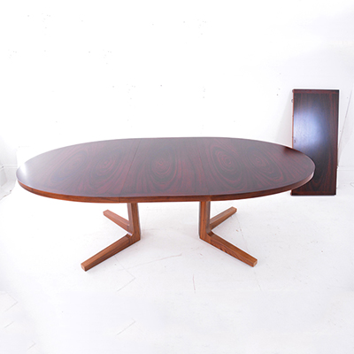 oval-dining-table-with-pedestal-legs-skovby